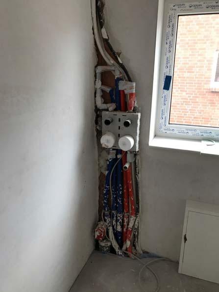 Leckage hinter Haustechnikinstallation durch unverputzte Außenwand