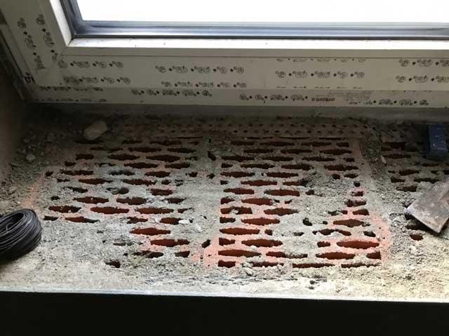 Leckage unter Fensterbank durch unverputzte Mauerkrone