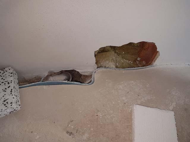 Leckage an Öffnung der Außenwand durch beschädigten Innenputz