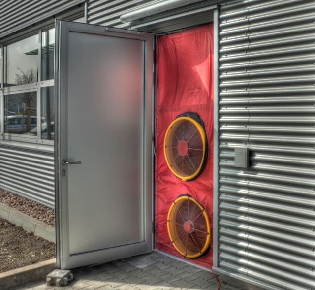 Beim Blower Door Test wird der notwendige Prüfdruck über einen Ventilator eingestellt. Dieser wird in eine Außentü oder ein Fenster eingebaut.