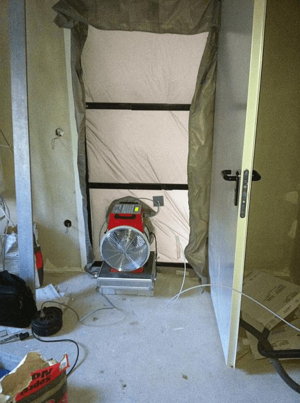 Das Blower Door Test Mietgerät eingebaut in einer Tür